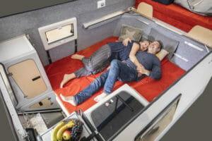 Der Bereich unten kann ebenfalls zu einem Bett umgebaut werden. Damit bietet das Fernweh-Mobil auch bei geschlossenem Dach ein gemütliches Bett.